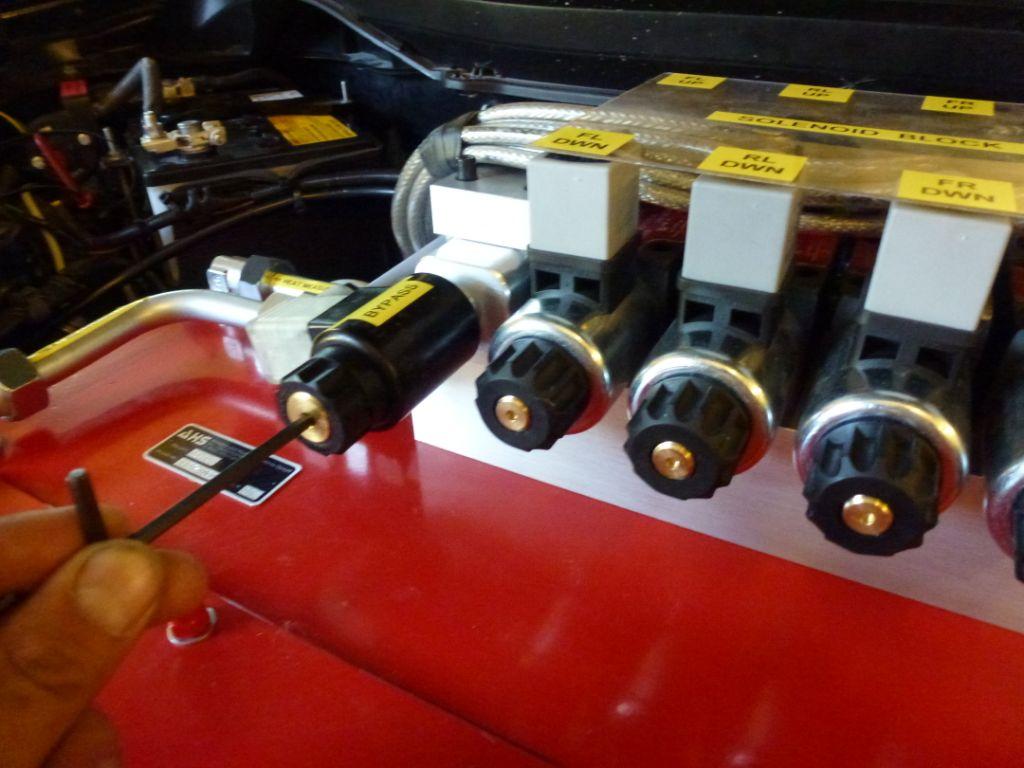 17. Ausfahren der Zylinder zur Wagenhebernutzung – Ventil mit einem der 4 Ausfahrventile vom anderen Bild drücken